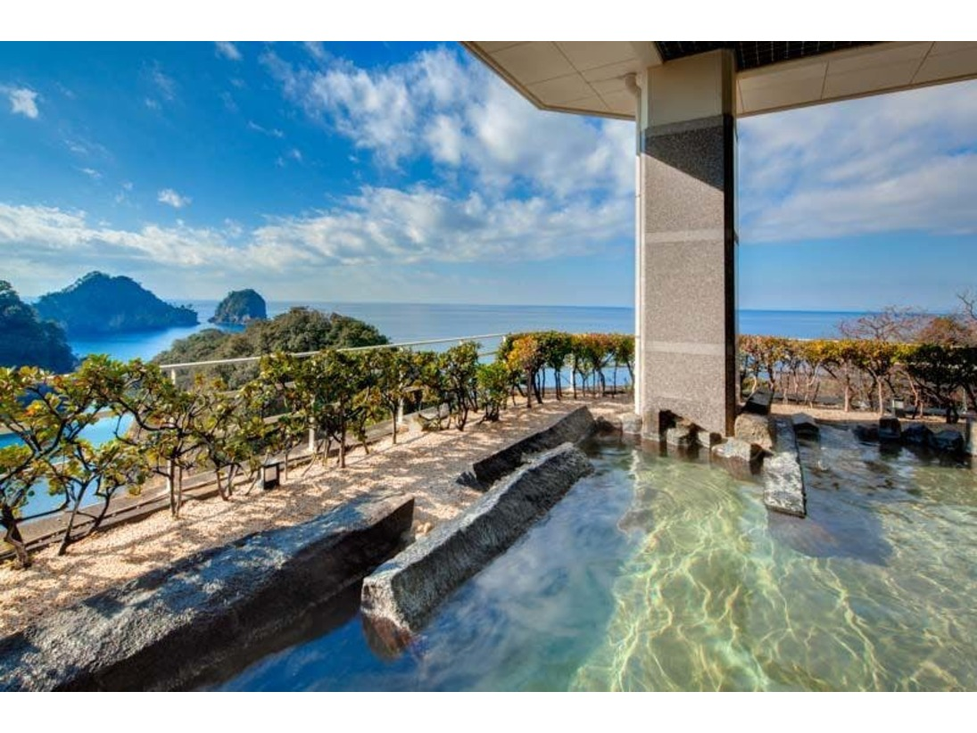 大浴場から行けるオーシャンフロントの展望露天風呂。堂ヶ島の絶景を見渡しながら入浴できることがとても魅力的です。青、赤、紺と時間の経過とともに変わる光の色彩を存分にお楽しみください。