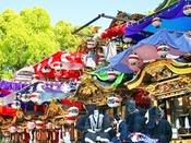 【知立まつり】本祭りと間祭りが隔年で開かれ、本祭りは迫力のある山車の担ぎ上げのほか「山車文楽とからくり」を上演、間祭りでは華やかな花車が奉納されます。また、文楽を山車の上で上演するのは日本の中でも知立だけです。