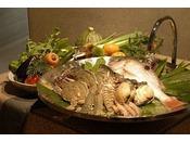 知多半島で採れた魚介や地元の有機野菜、そして自家菜園・外庭で育てる無農薬野菜やハーブなどを使い、料理長が心を込めてお作りします。