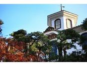 明治14年築、登録文化財の青州楼。洋風の塔屋がついた擬洋風建築で、当館で一番古い歴史ある建物です。