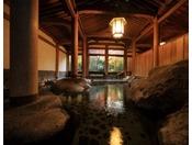 今では貴重な台湾桧を使用した登録文化財のお風呂。昭和9年築で、日本画家の安田靫彦氏の考証設計です。シャワーや蛇口が無く、お寺のお堂の中にいるような荘厳な雰囲気で、圧巻です。
