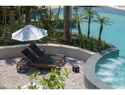 瀬良垣島には、ビーチ、ラグーン、グスクプール、室内プール。プールバーも!