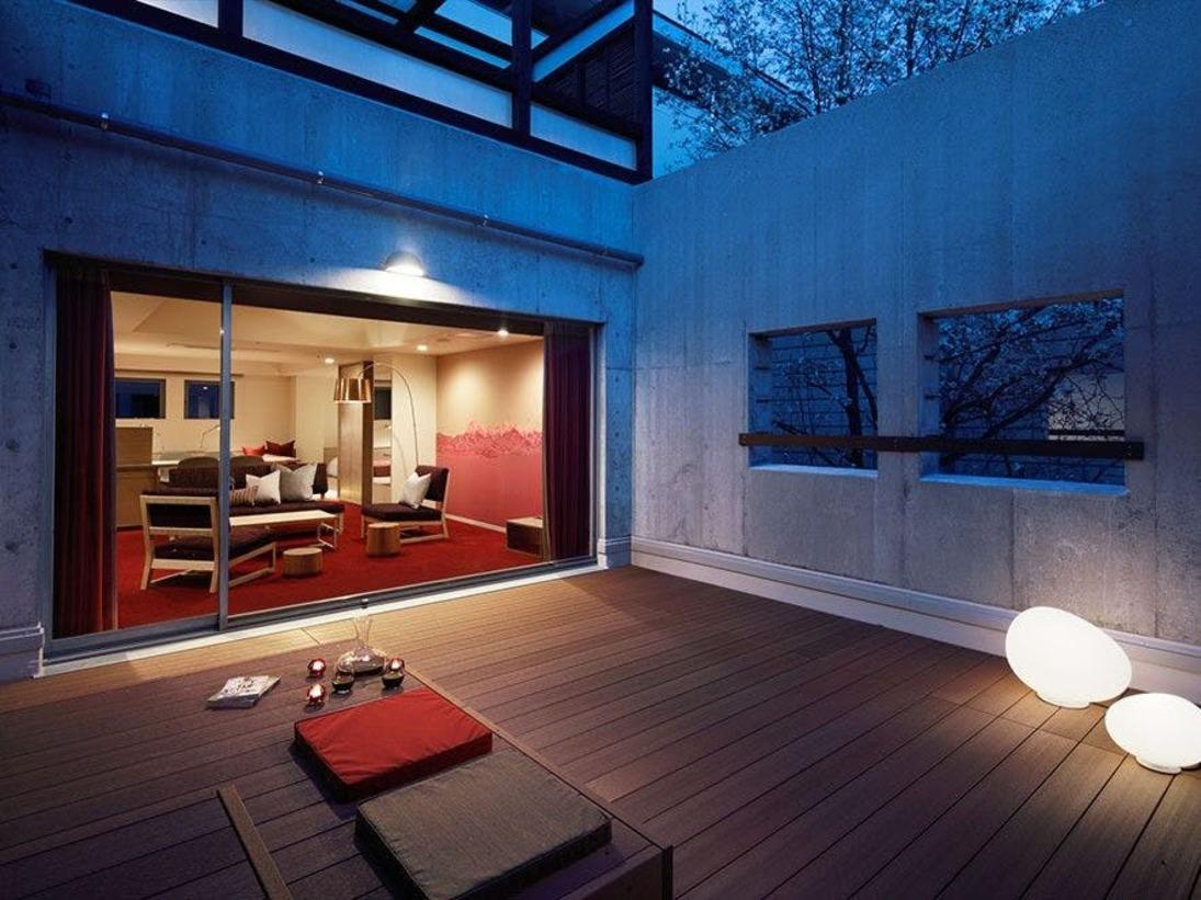 レジデンステラス付(70平米_定員4名)ワイドな屋外テラス。独立したベッドルームと寛ぎのマットエリア