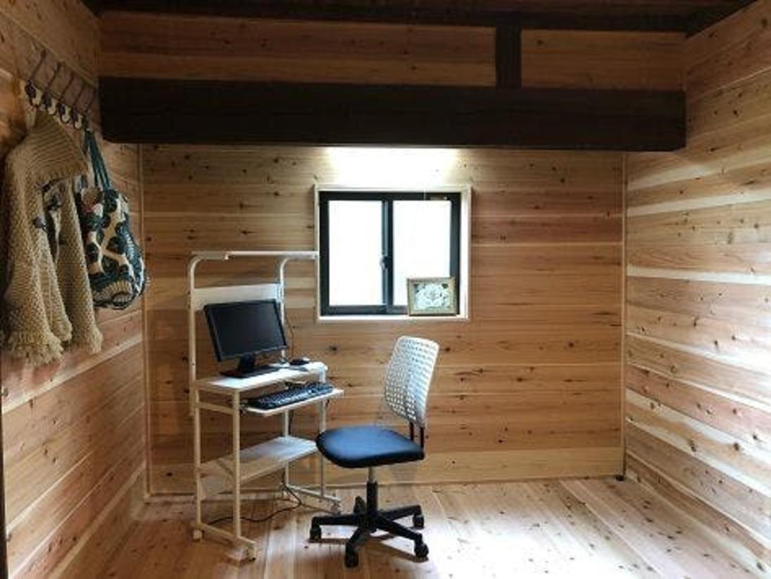 リモートワーク予約の方のみ、特別に利用できる書斎スペースです、約7畳(追加料金不要)。PCデスク、モニター等はご自由にご利用ください(パソコンはご持参ください)。もちろんWIFI(5G)完備です。里山の静かな環境で在宅ワークはいかがでしょうか。