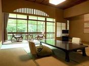 【花の棟客室の一例】人気の花の棟のお部屋。落ち着いた雰囲気で癒されます。