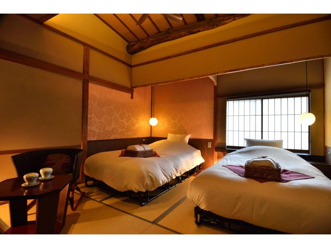 京町屋ツイン和室「薄紅」石畳の道をのぞける小さな窓付き。アメニティはロクシタン。無線LAN完備