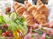 フランス産イズニーバターをたっぷり使った贅沢クロワッサンとサラダ、ソーセージ、ゆで卵のセット