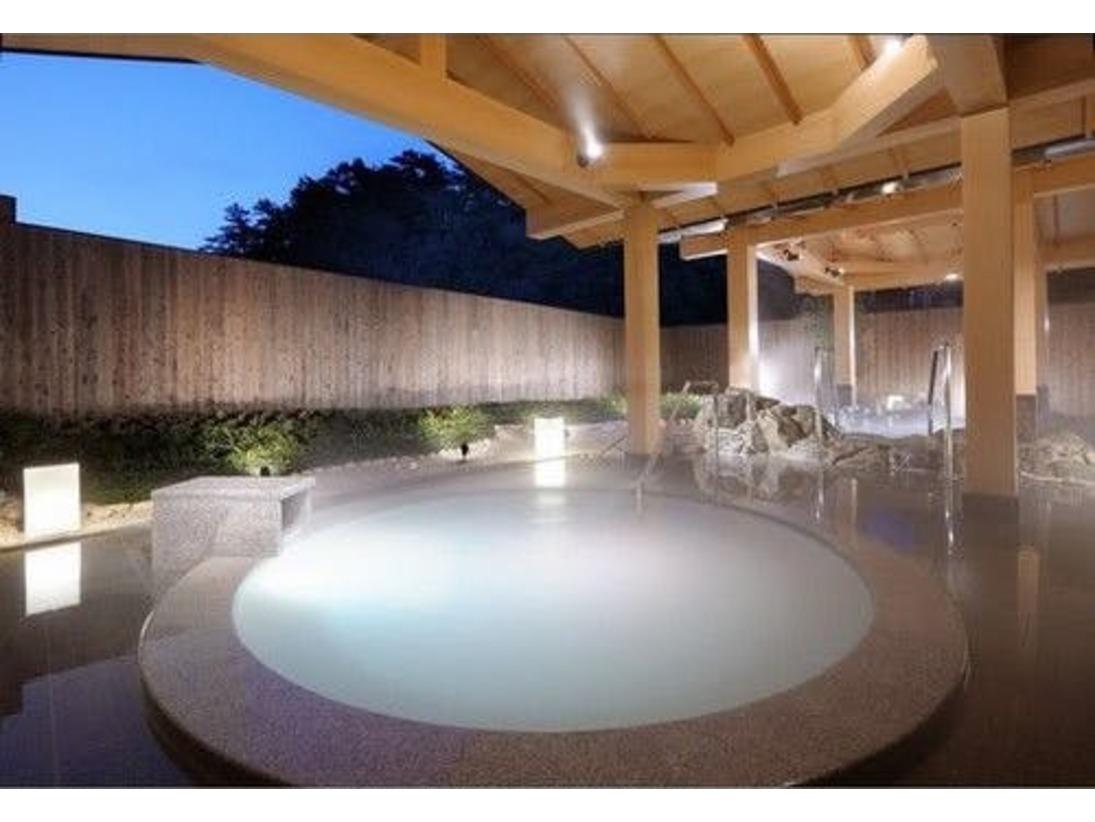 【パールオーロラ風呂】世界で初めて真珠の養殖に成功したミキモトグループの「ミキモト コスメティックス」が、潮路亭のために開発した日本初のパールオーロラ風呂。真珠由来成分を配合しています。