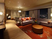 上質な和のデザインエレメントが美しいスイートルーム。窓からは、高層階ならではの大阪を一望できる夜景をお楽しみいただけます。