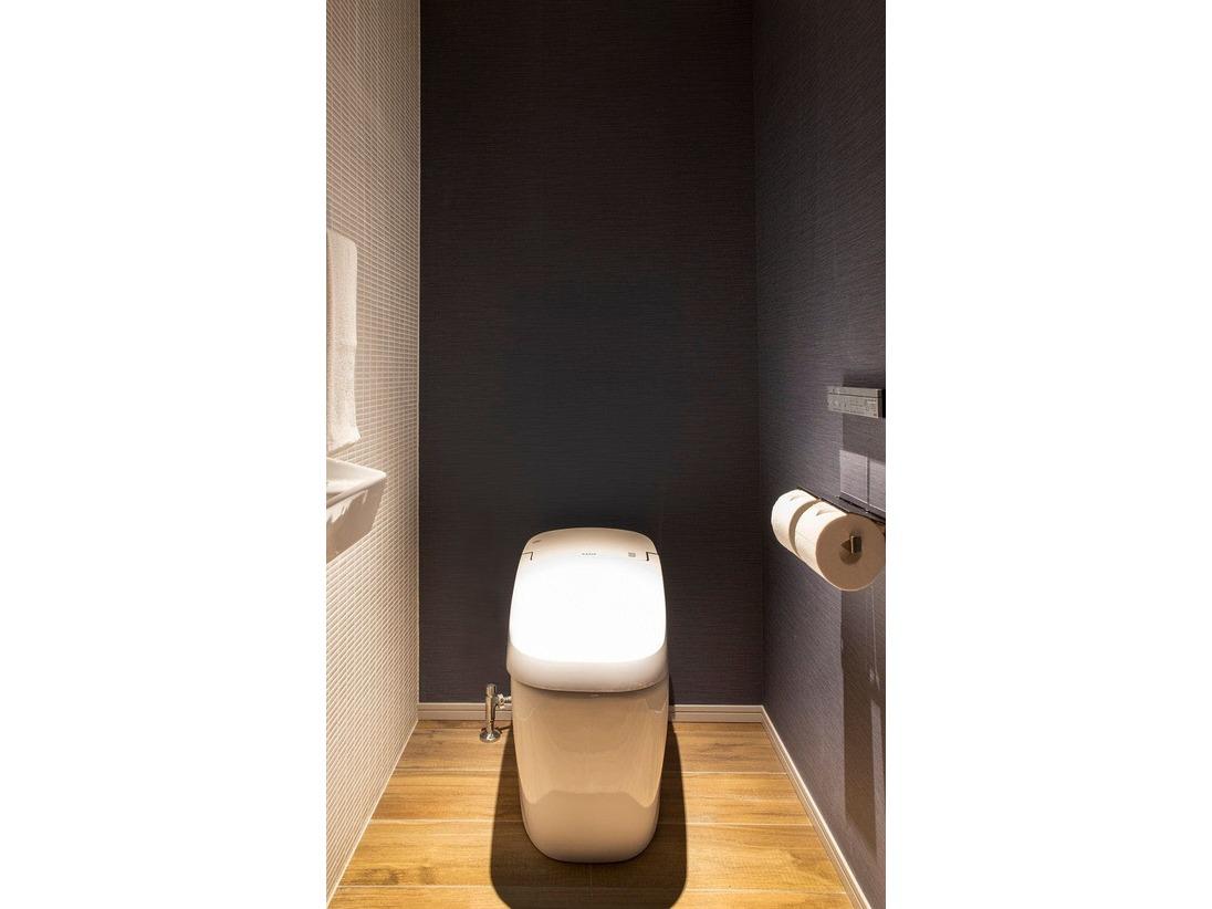 全部屋、洗浄機能付きトイレをご用意しております。複数人数でも同時使用が可能なバスルームとセパレートのタイプ。