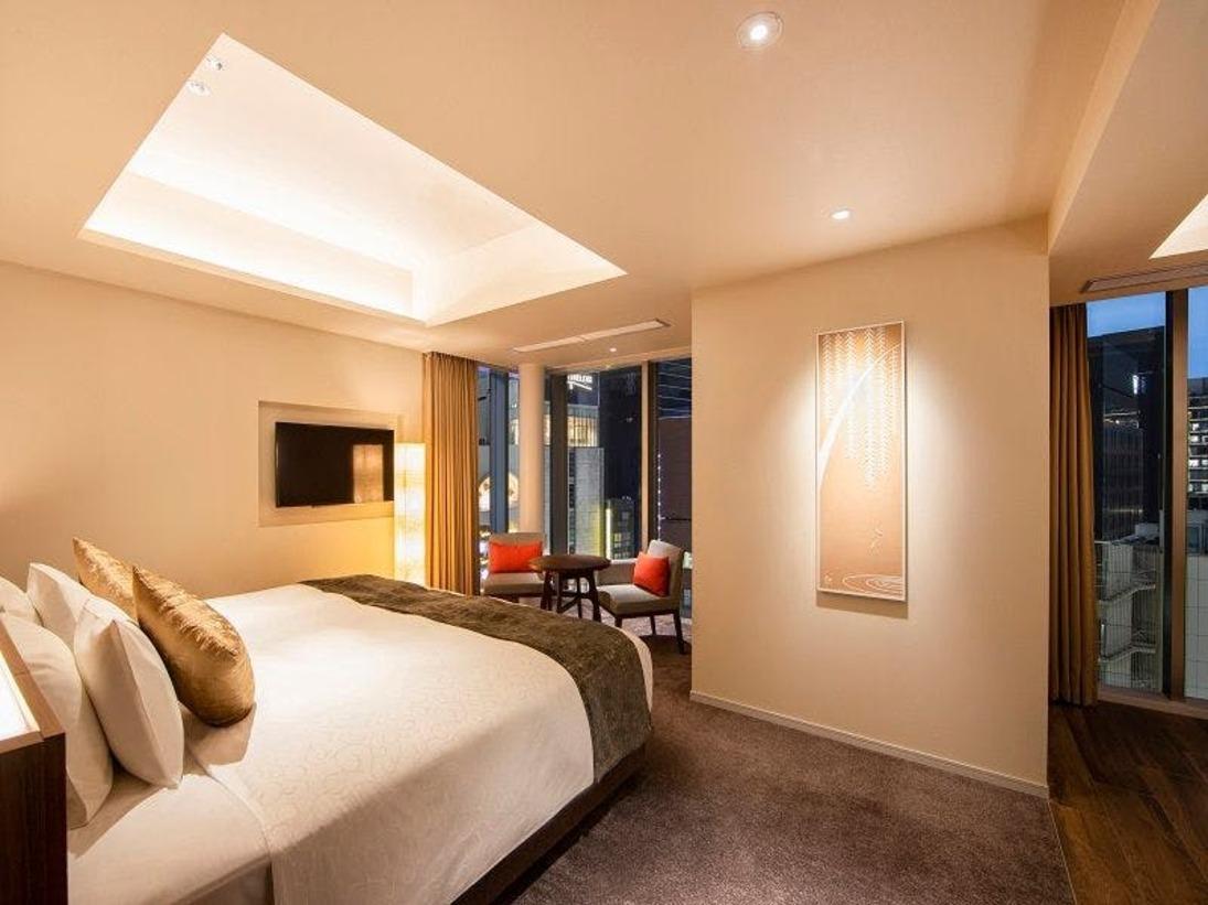 エグゼクティブダブル:ホテル最大の43平米の角部屋は、床からの大きな窓の向こうに、刻々と表情を変える銀座の街、そして夜には流れる光のようにハイウェイを走る車を眺めることができます。広い室内はベッドルームとユーティリティスペースの使い分けが可能です。