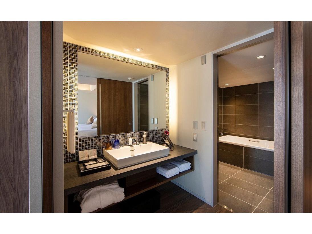エグゼクティブツイン、ダブル:レインシャワーも楽しめるオーダーメイドのバスルームで、心ゆくまでおくつろぎください。バスローブもご用意しております。