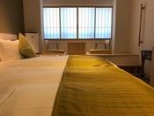 スタンダードツインの内2室のみ!段差がある小上がりのお部屋です。座椅子に座って京町家をご覧頂けます。