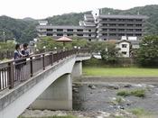 ≪水の流れ・そよぐ風≫ 当館前のかじか橋から三朝川を眺める