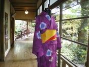 レンタル色浴衣(イメージ)1着1,000円でご利用いただけます。ご自分で着られない方には着付けもさせていただきます。