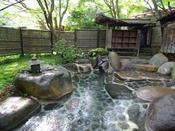 """【野天風呂""""木洩れ日の湯""""】季節や星空を楽しめる開放的な野天風呂。"""