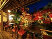 【テラス】ロビー前のテラスから見た庭園の紅葉お風呂上がりには生ビール、朝はホットコーヒーが美味しい場所です。