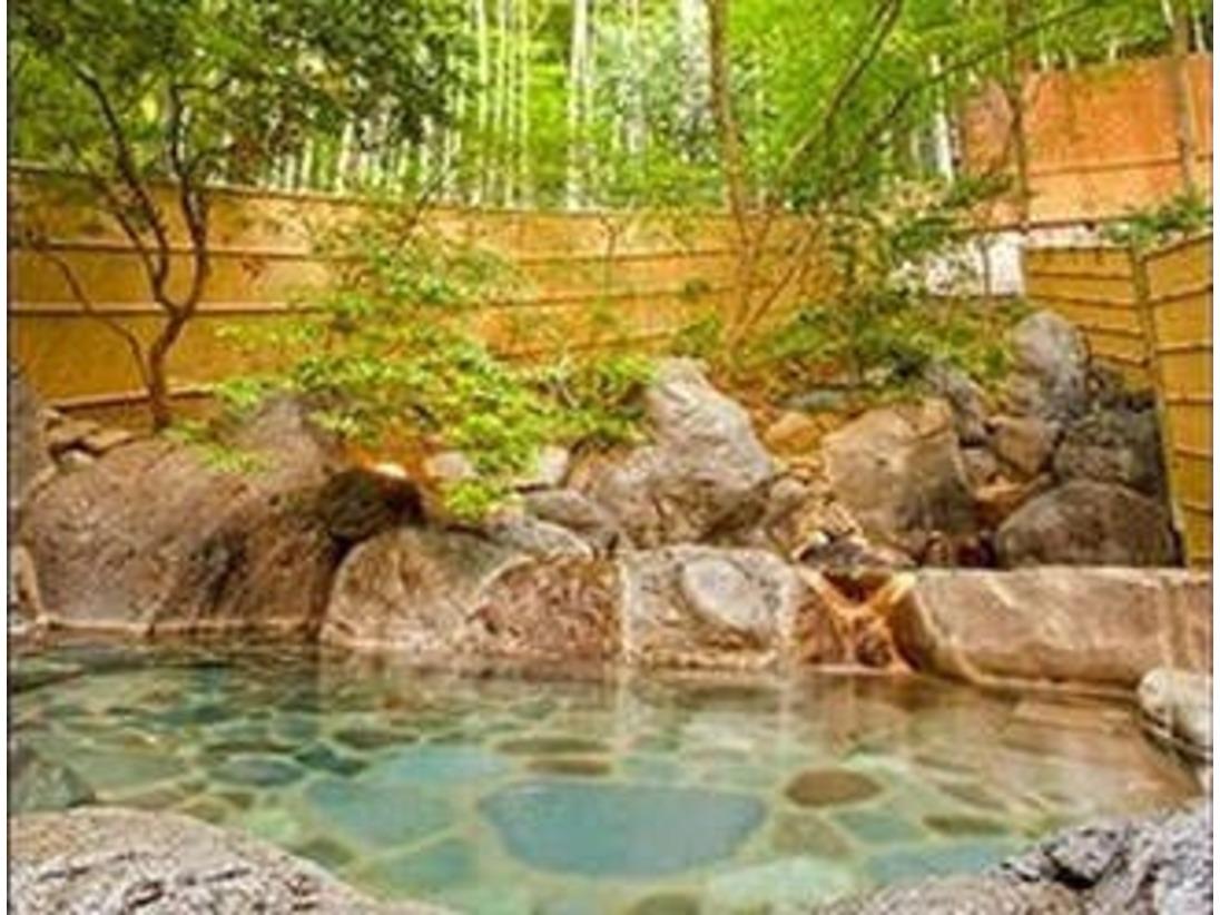 竹林と紅葉に囲まれた、野趣あるれる露天風呂。すこしぬるめの源泉を長湯でたのしんでください。