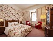 季節の花々がゲストを迎えるホテル ヨーロッパ。その華やかな雰囲気を室内でも感じられます。個性的なロフトタイプのお部屋が多く、個性豊かなホテル滞在をお楽しみいただけます。