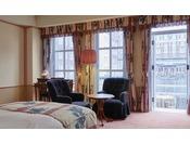 1階の内海に面したお部屋には、ウッドデッキのプライベートテラスが付いております。朝食、午後の読書、食前酒を傾ける夕べなど、プライベートテラスならではの過ごし方をお楽しみください。