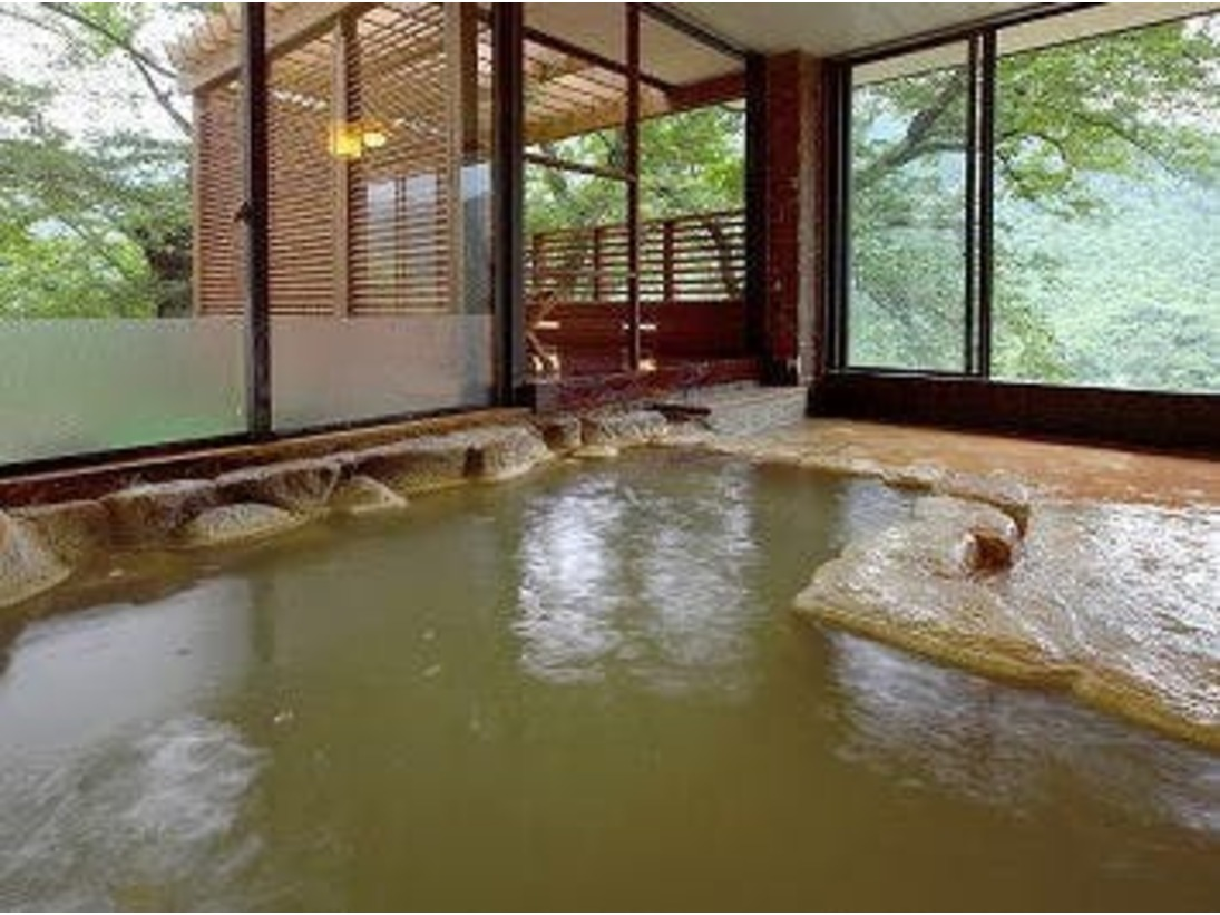 2種類の源泉が愉しめる大浴場♪白濁色の炭酸水素塩泉は別名「美肌の湯」と呼ばれ、お肌がツルツル