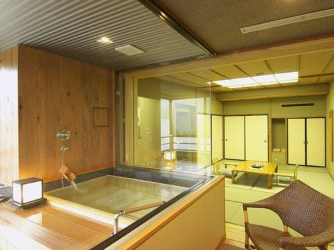 12畳+露天風呂部分の西南の角部屋です。