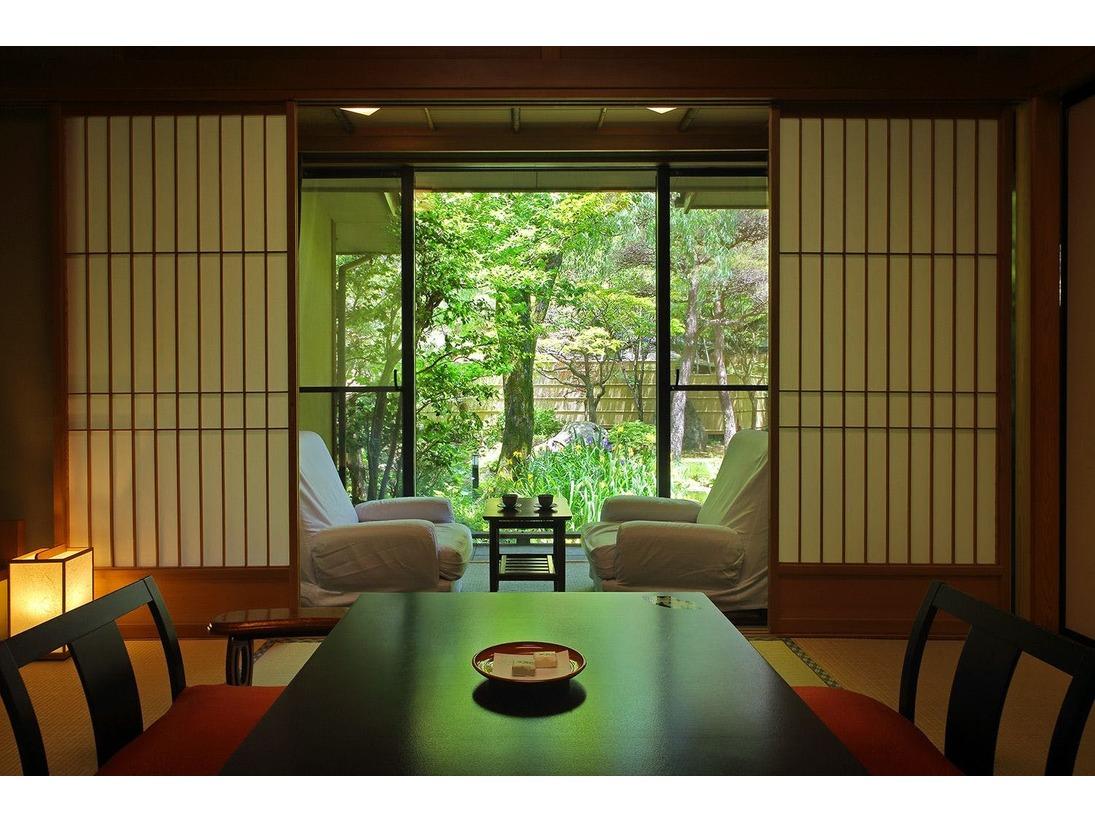 【離れ環翠荘】窓からは絵画のような美しい日本庭園を眺めることができます。