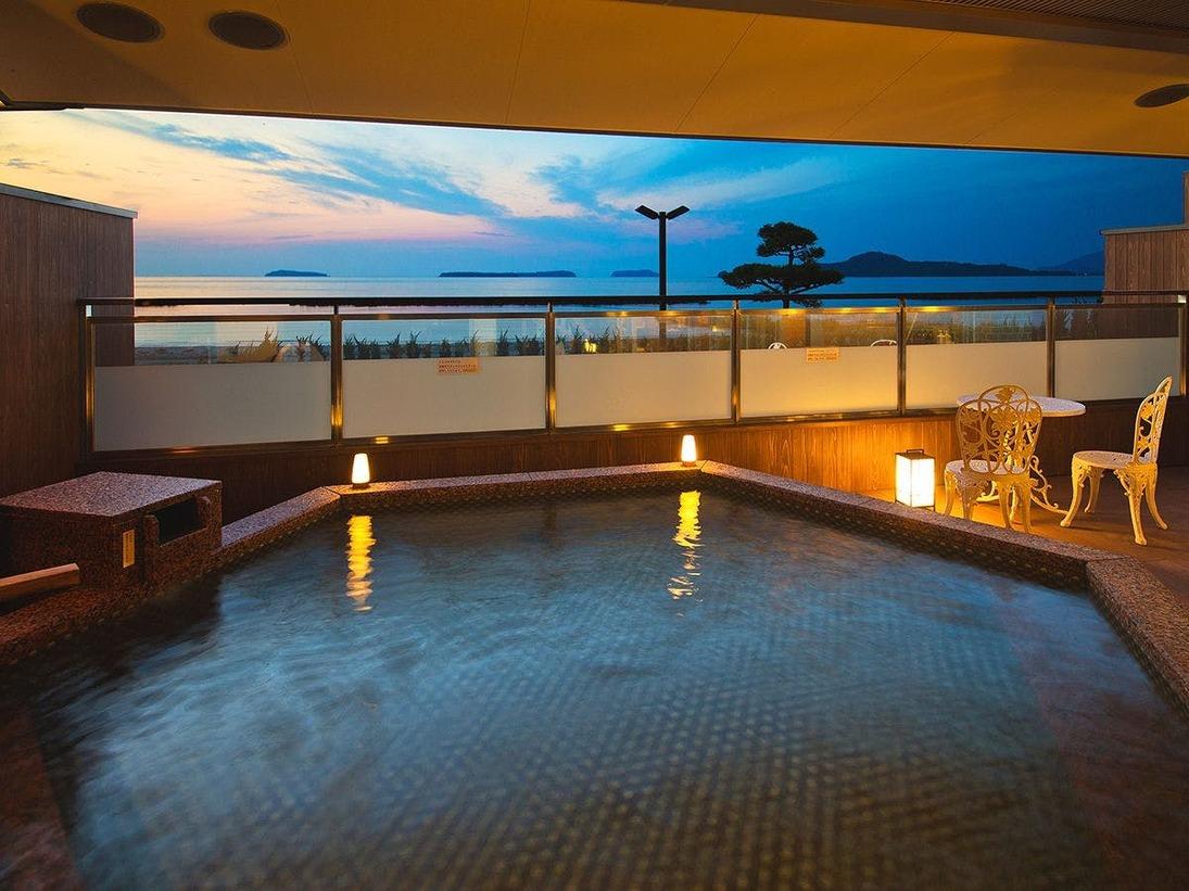 海を望む 露天風呂、夕景を眺めながらの入浴は心身ともに癒される