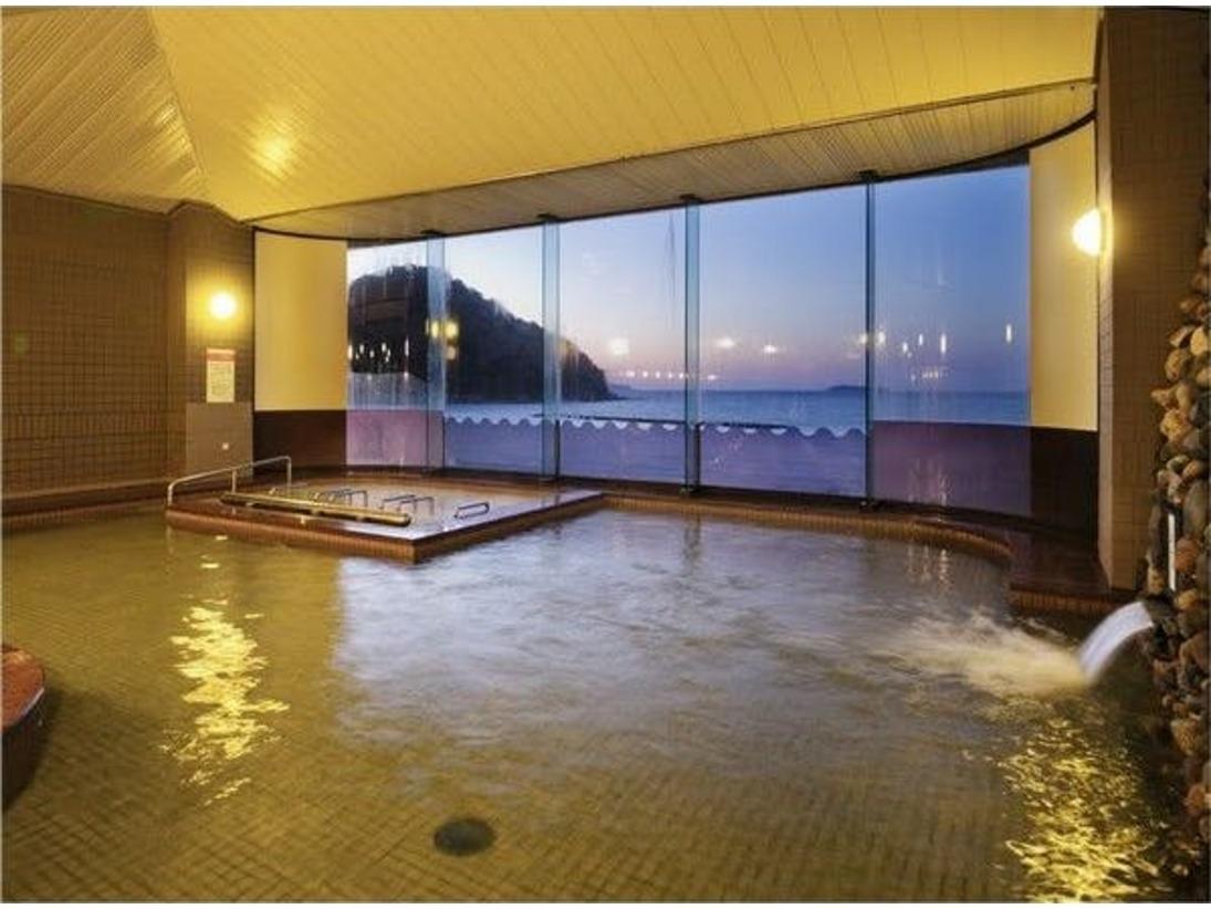パノラマ展望大浴場/夕暮れ時の海景色もまた格別。ジェットバスなど自家源泉で湯ったりのひとときを・・・