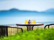 """ティーラウンジを抜けると""""ホッと""""する景色がそこに。海を眺め、何もせず""""ぼーっと""""するひと時を"""