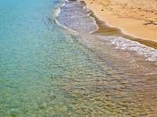 夏は海水浴で賑わう、エメラルドグリーンの海