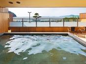 海を望む露天風呂、海風を感じられる、開放的な空間