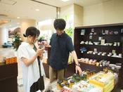 お菓子の他にも陶器など萩ならではの商品が並ぶお土産コーナーは選ぶ時間も楽しい♪