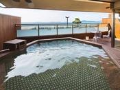 海を望む露天風呂。自家源泉の温泉を絶景と共に