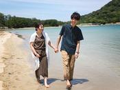 仲良くビーチを歩くだけでも楽しい時間を過ごせます