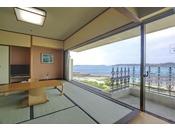 大きな窓から綺麗な海をのぞむ和室。