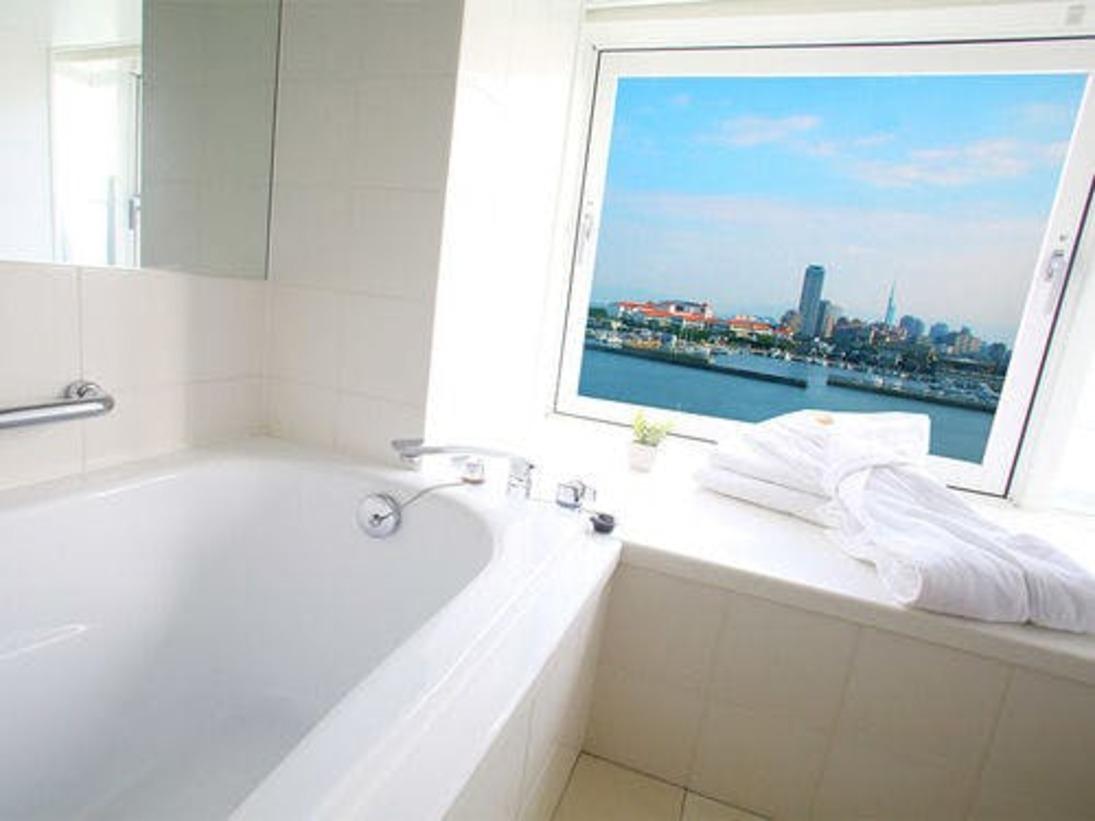 バスルームの窓からは博多湾がご覧いただけます。夜は夜景がとってもキレイですよ。海を眺めながらゆったりリゾート気分を満喫して下さい。
