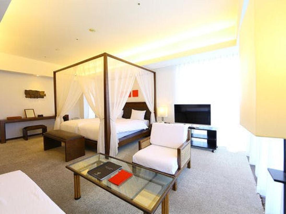 天蓋付のベッドがあるワンランク上のお部屋で、眼下に広がる博多湾を眺めながら、優雅なシエスタのひと時を過ごすにはうってつけの場所です。