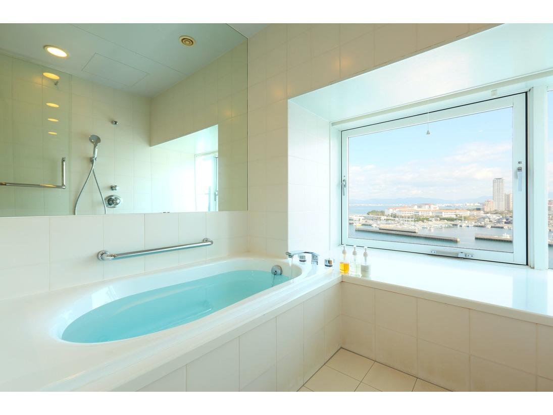 マリノア・デラックスツインのバスルームは海側に面しております。海を見ながらゆったりのバスタイムをお過ごしくださいませ。