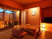 【露天風呂付客室】山々に囲まれた景色を眺めながら入浴できる露天風呂が付いた客室※一例