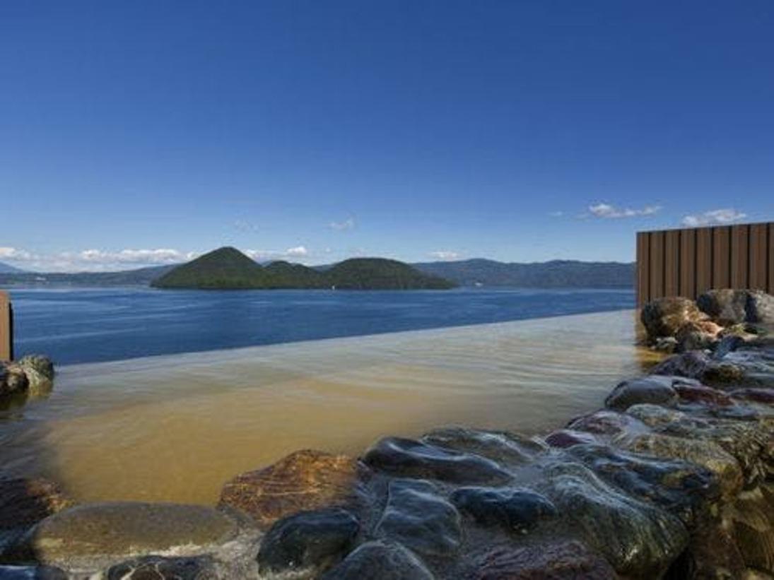 【天空露天風呂TENQOO】まるで湖面と温泉が一体となったような気分を味わえます。