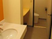 築40年の簾に4部屋限定のトイレ付の部屋(洗浄機付)。お風呂はお隣ホテル華乃湯の浴場をご利用下さい。景色は建物側となります。