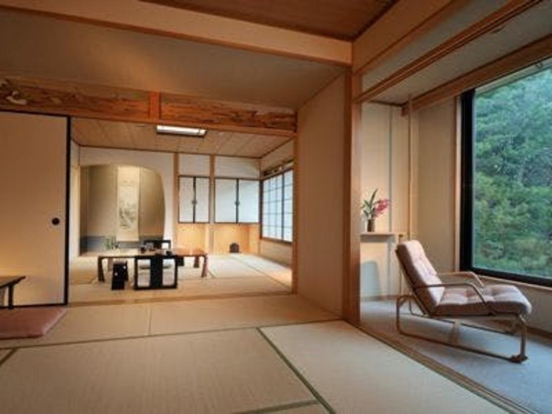 和室「答志」10畳+8畳の二間続きのお部屋でお寛ぎ頂きます。襖で仕切ることが出来、洗面所が二箇所あるので二家族でのご旅行にもおすすめです。