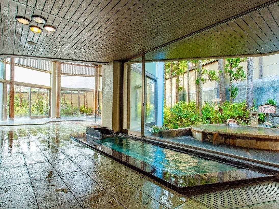 広々とした内湯は自然の開放感を感じられる趣きのある湯船です。