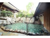 【滝の湯】かがみの滝湯 源泉の滝が湯船に流れ込む露天風呂です