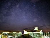 澄んだ空気の中輝く星空がみなさまを歓迎いたします。