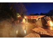 篝火を灯した幻想的な露天風呂