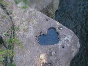 恋人の聖地!磊々峡の『覗橋ハート』。覗橋は秋保温泉入口、名取川の峡谷「磊々峡」に架かる橋。ここから覗くと誰かが手を加えたわけではなく、自然に出来た「ハート型の岩のくぼみ」が見つかる。「一緒に覗橋ハートを見ると幸せになれるかも?」