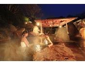 篝火が灯る幻想的な露天風呂