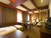 ■トリプル・フォースルーム:約37平米に幅115センチのシングルベッド2台とソファーがあるお部屋。